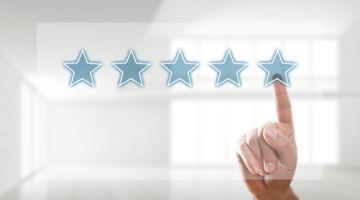 Finger wählt 5 Sterne auf Touchscreen aus